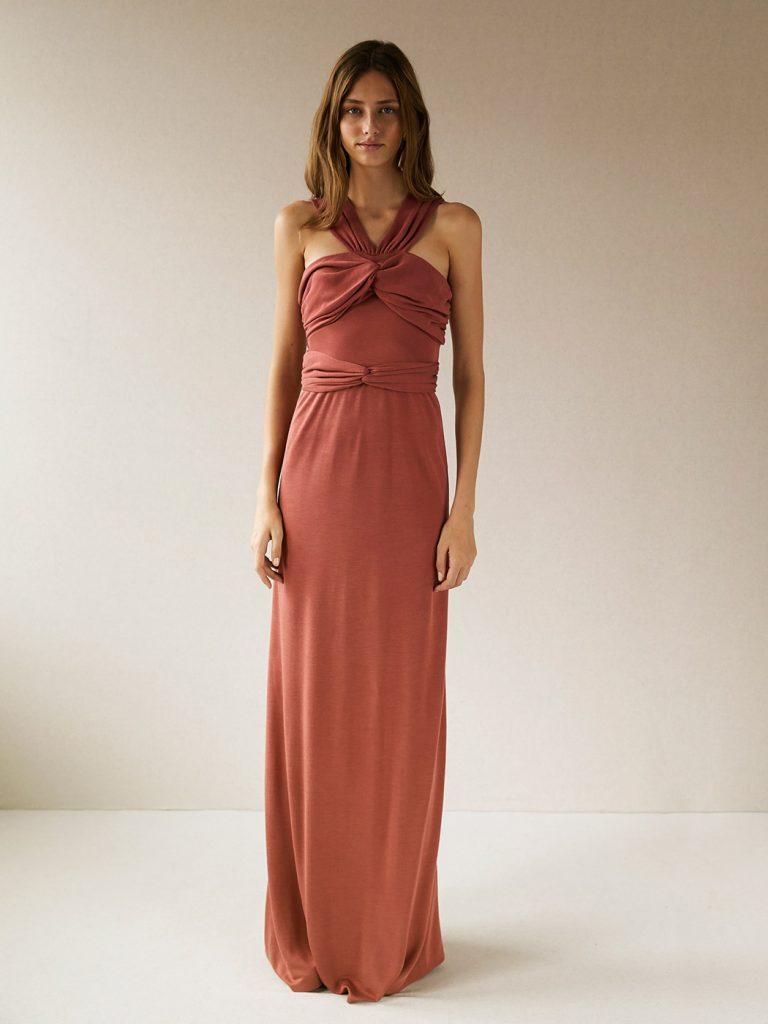 1166b72bf8 Esta temporada tiene vestidos de invitada de líneas sencillas y colores  lisos